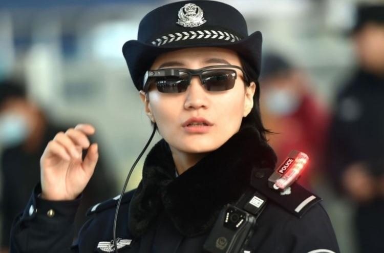Фото - Китайские полицейские взяли на вооружение смарт-очки для идентификации личности»