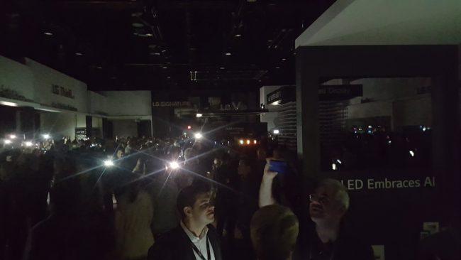 Фото - #CES 2018 | Посетителям выставки пришлось несколько часов провести в темноте