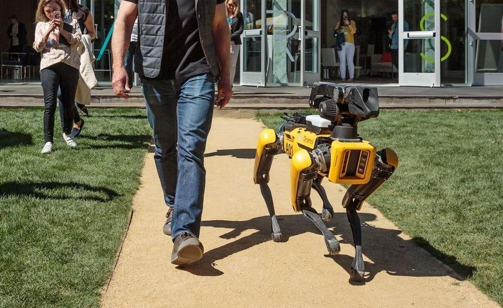 Фото - #фото дня | Глава Amazon выгулял собаку-робота Boston Dynamics